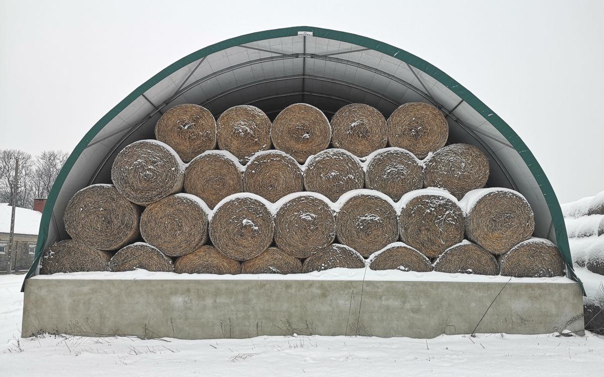 Hala na bale zabezpiecza słomę przed śniegiem i deszczem
