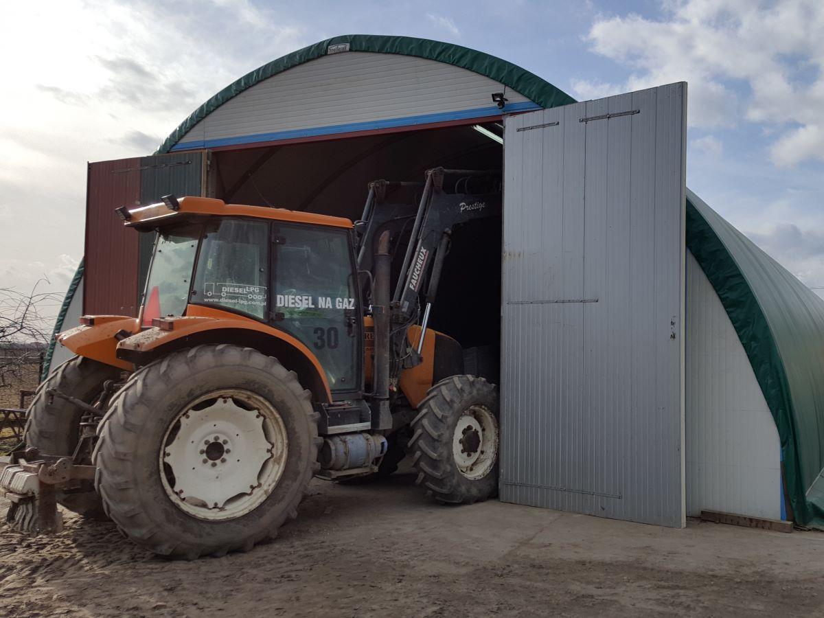 Magazyn na ziemniaki (4): brama umożliwia swobodny wjazd ciągnika