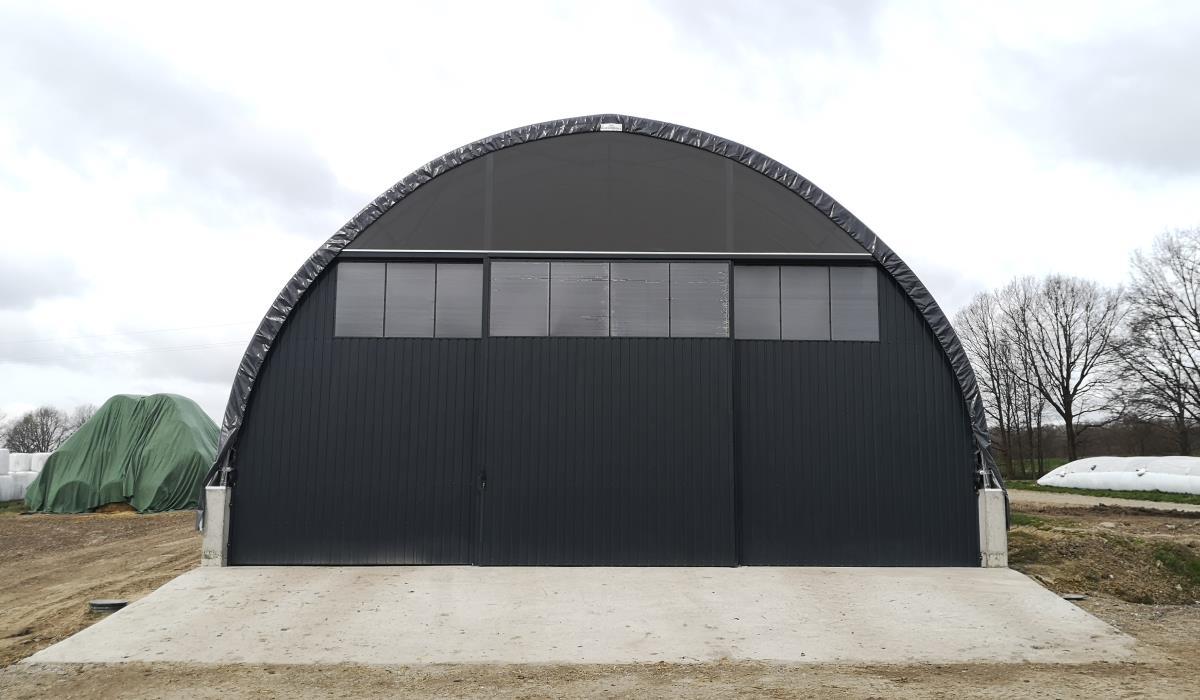 Szczyt garażu dla maszyn Shelterall z blachy, poliwęglanu i siatki przeciwwietrznej
